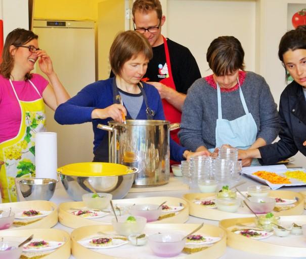 De gastentafels, cursisten koken voor gasten